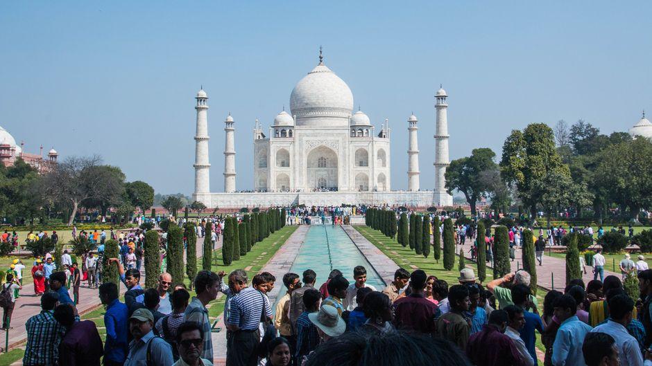 Touristenmassen am Taj Mahal. So sieht es an vielen Bucket-List-Hotspots aus. Daher zeigen wir dir die Alternativen.