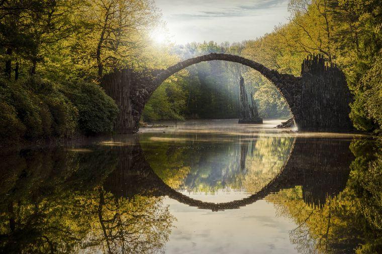Die Rakotzbrücke im Kromlauer Park in Sachsen.