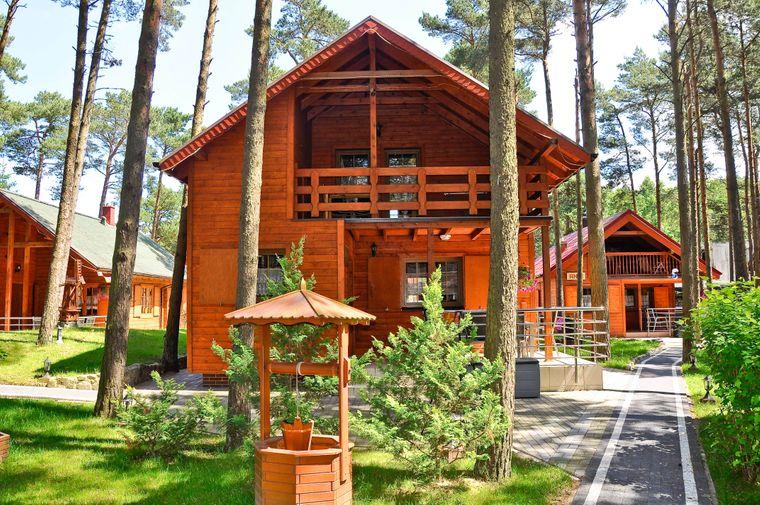 In den Blockhäusern der Ferienanlage lässt sich der Familienurlaub entspannt und naturnah verbringen.