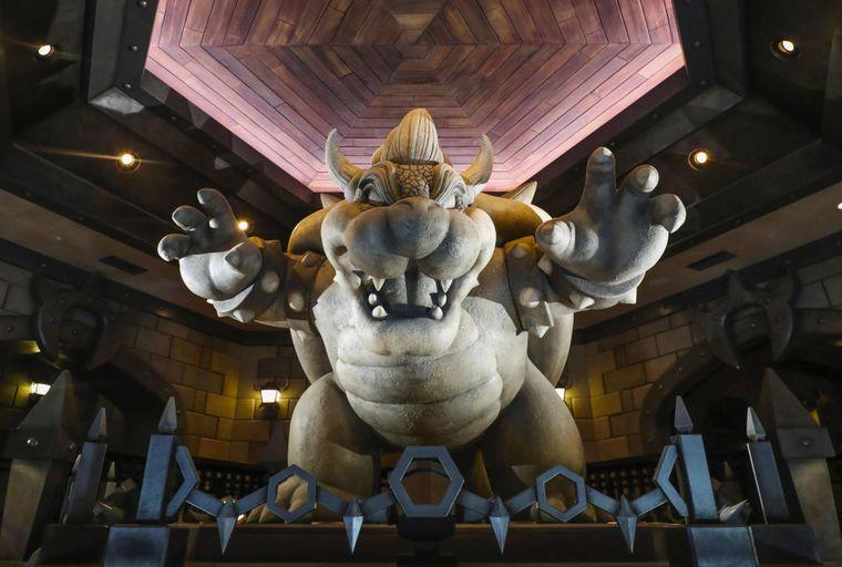 Das Innere von Bowser's Castle hat eine massive Steinstatue von Bowser in der Mitte einer großen Treppe.