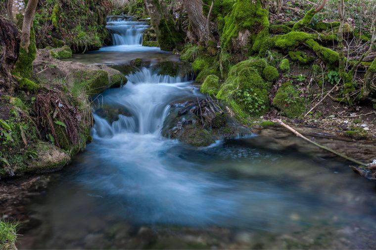 Der beeindruckende Uracher Wasserfall bei Stuttgart ist ein echtes Naturspektakel.