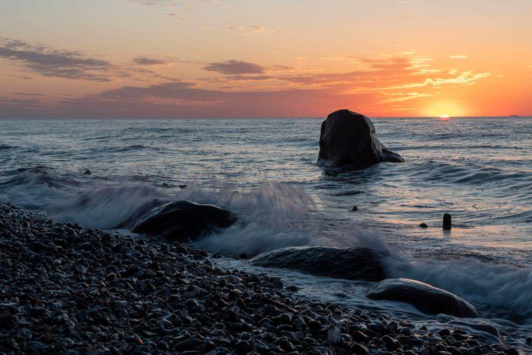 Sonnenuntergänge am Meer, wie hier an der Steilküste bei den Wissower Klinken auf Rügen, sind besonders schön.