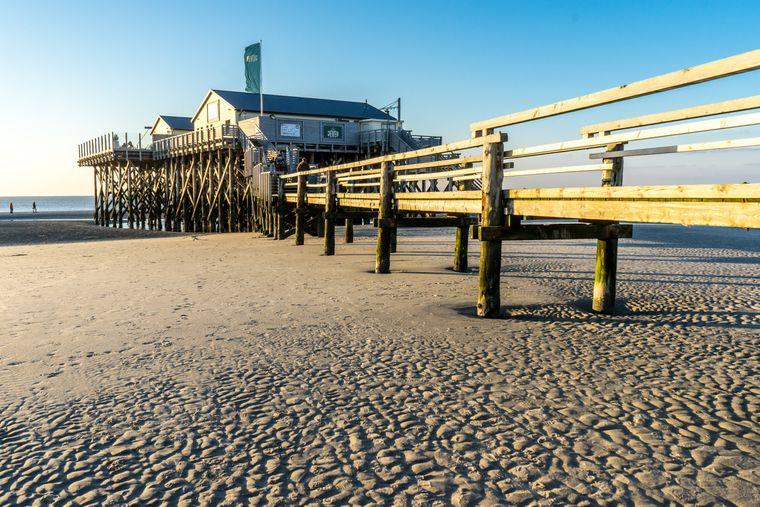 Sankt Peter-Ording – Pfahlbauten am Strand laden zum gemütlichen Essen mit herrlichem Ausblick ein.