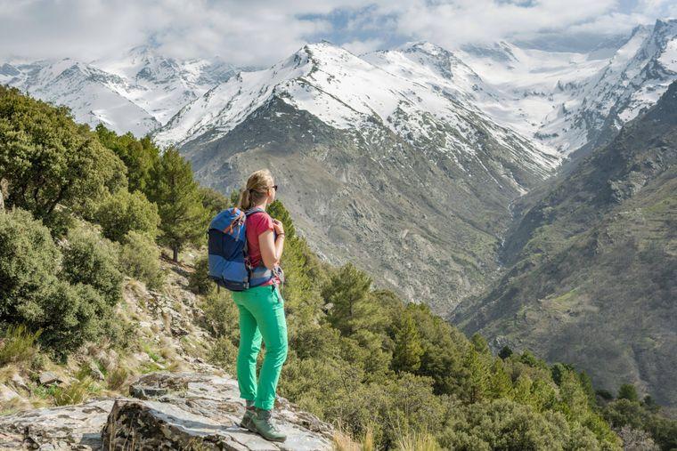 Die Sierra Nevada mit ihren schneebedeckten Berggipfeln ist beliebt bei Wanderern.