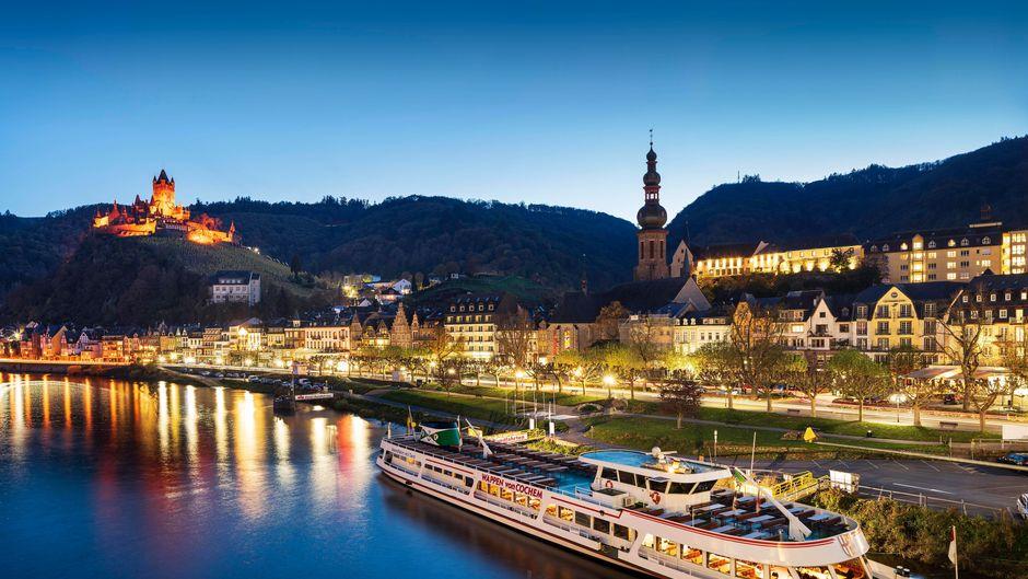 Die Stadtansicht von Cochem an der Mosel mit der Reichsburg ist abends besonders schön.