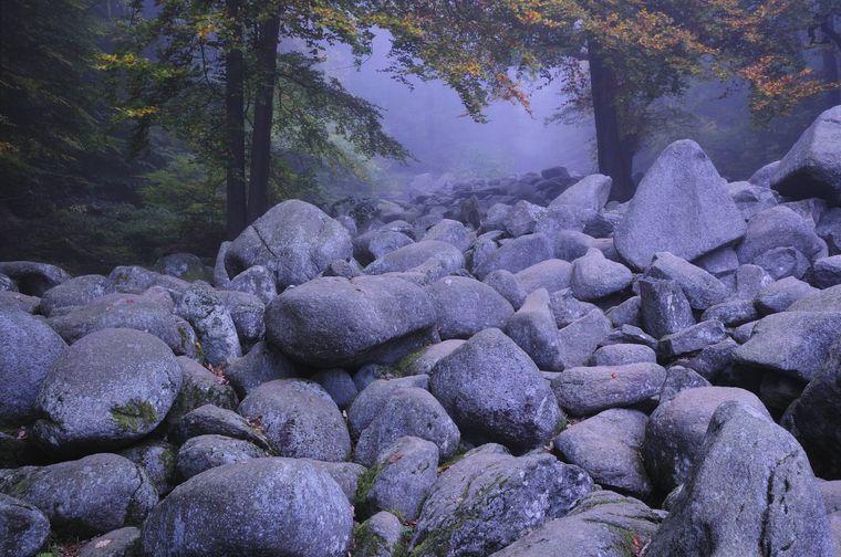 Im Odenwald gibt es tatsächlich ein Felsenmeer. Einer Sage nach soll es entstanden sein, als zwei Riesen sich im Streit mit Steinen beworfen haben.