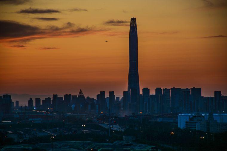 Das Tianjin Chow Tai Fook Center, auch Chow Tai Fook Binhai Center genannt, liegt im Bezirk Binhai in unmittelbarer Nähe zum Hafen von Tianjin.