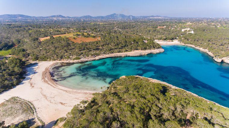 Der Playa S'Amarador liegt im Süden von Mallorca und eignet sich besonders gut für Naturliebhaber.