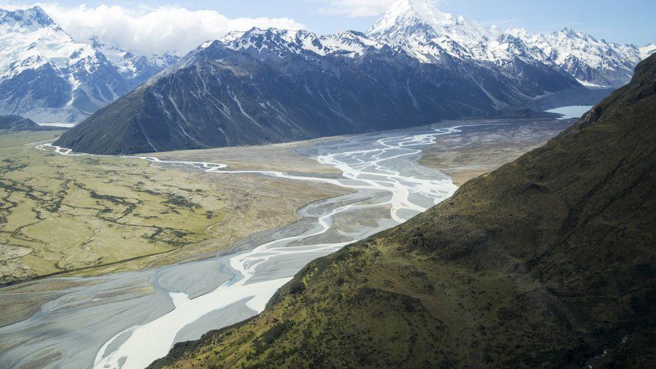 Blick auf die verschneiten Gipfel im Mount-Cook-Nationalpark in Neuseeland.