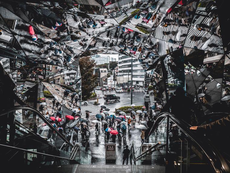 Der Eingang der Shopping Mall ist mindestens genau so spektakulär wie das Kaufhaus selbst –125 Shops kannst du abklappern und auf der Dachterrasse hast du einen herrlichen Blick auf Tokio.