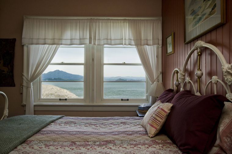Ein Zimmer mit Meerblick im East Brother Light Station Bed-and-Breakfast.