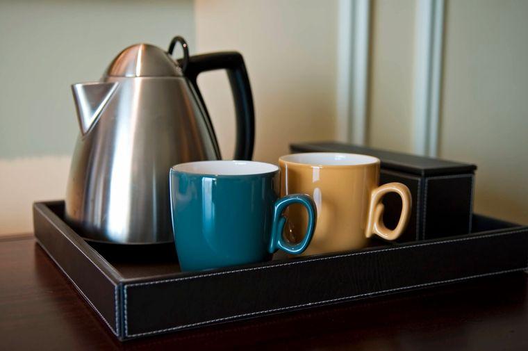 Tassen und Teekanne stehen griffbereit.