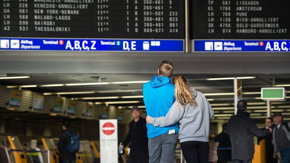 Warten mit bangem Blick auf die Anzeigetafel am Flughafen – so ging es 2018 schon vielen Fluggästen. (Symbolfoto)