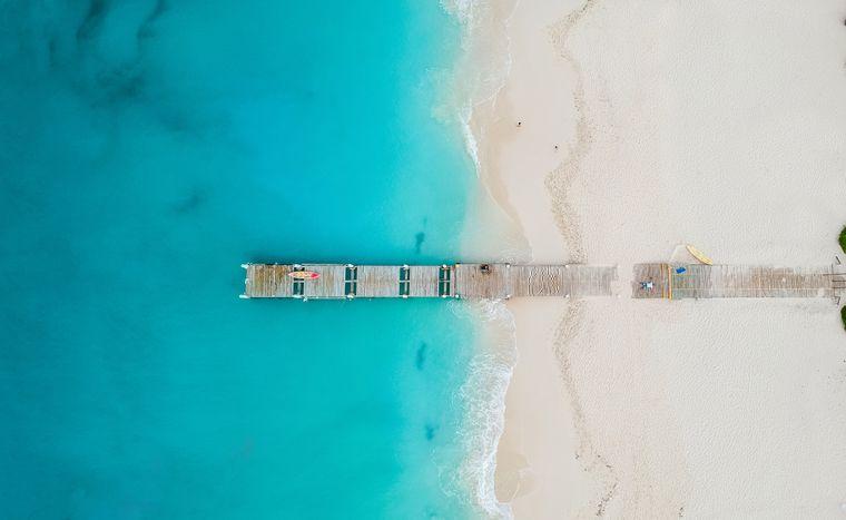Drohnenflug über die Grace Bay auf den Turks- and Caicos-Inseln.