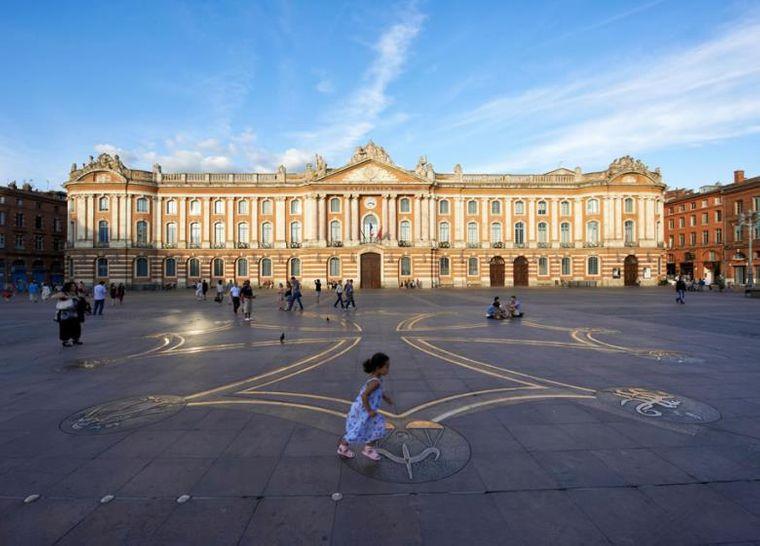 Das prachtvolle Kapitol von Toulouse, also das Rathaus, steht an einem großen Marktplatz, der von einem rosaroten Backsteinensemble umgeben ist.