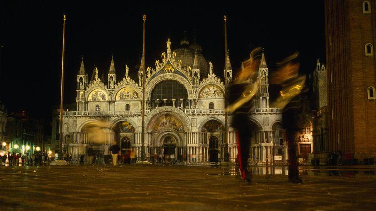 Als eine der ersten Regionen in Italien wurde Venedig von der Ausbreitung des neuen Virus getroffen. Daher wurde auch unter anderem der berühmte Karneval vorzeitig abgebrochen. Seit Tagen sind sonst so belebte Plätze wie der Markusplatz menschenleer.