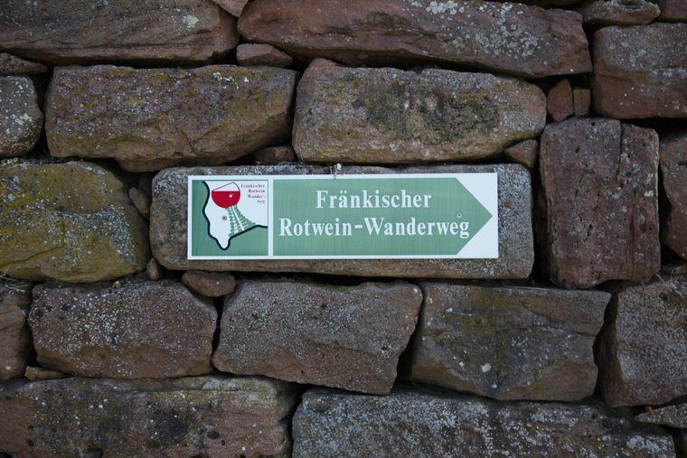 Der Fränkische Rotweinwanderweg durch Churfranken ist gut ausgeschildert.