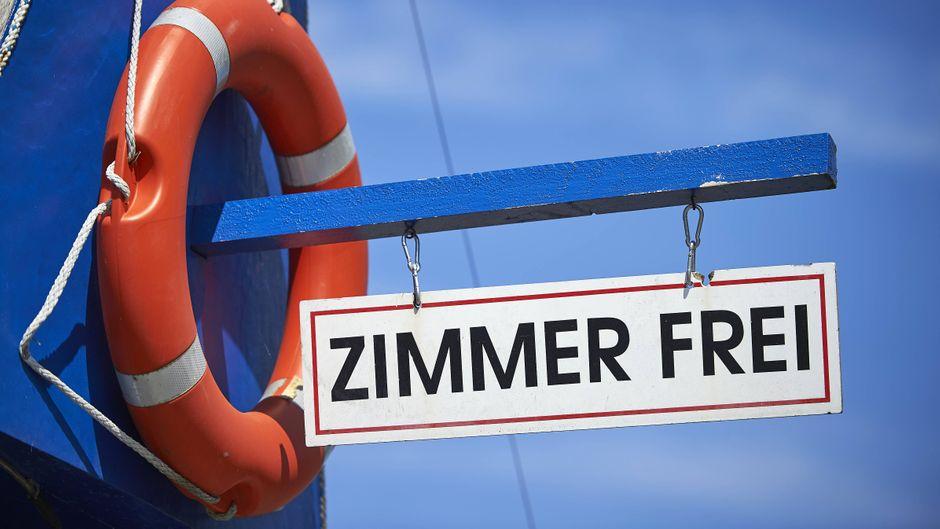 """""""Zimmer-frei-Schild"""" an der Ostsee."""