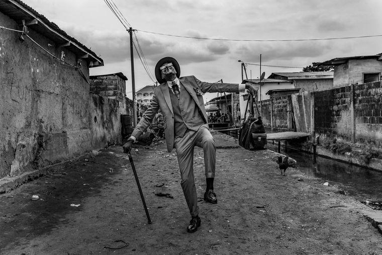 Ein Sapeur im Kongo – die eleganten, auffällig gekleideten Männer in Afrika beginnen oft bereits im Kindesalter, mit ihrer Kleidung der Armut ihrer Heimat zu trotzen.