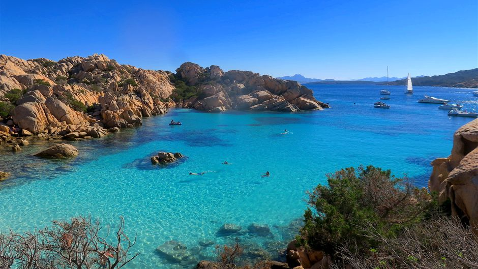 So traumhaft sieht es wirklich in den versteckten Buchten vor Sardinien aus wie hier am Maddalena-Archipel.