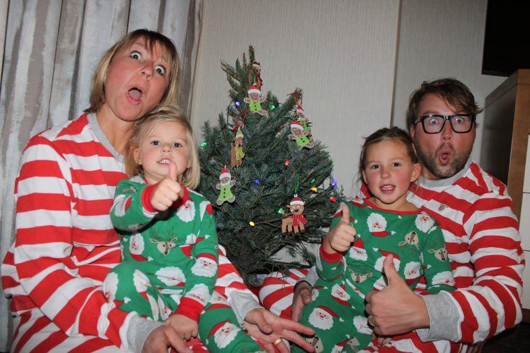 Mama Stephanie mit Tochter Theresa (3). Papa Pascal mit Tochter Charlotte (6) vor dem Weihnachtsbaum.