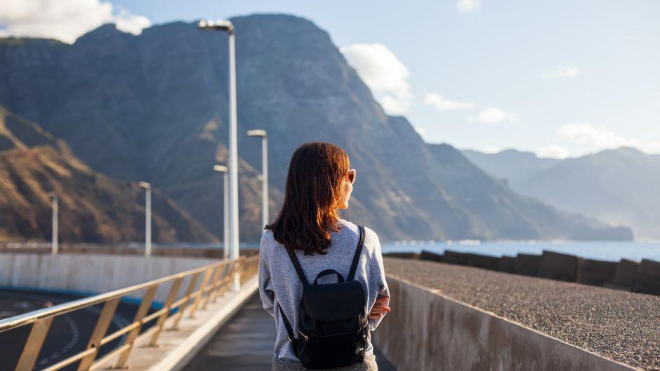 Eine Urlauberin auf Gran Canaria – die Kanaren gelten nun auch als Corona-Risikogebiet.