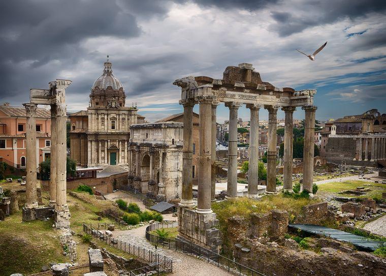 Die antike Stätte des Forum Romanum in Rom ist ein beliebtes Ausflugsziel für Urlauber.