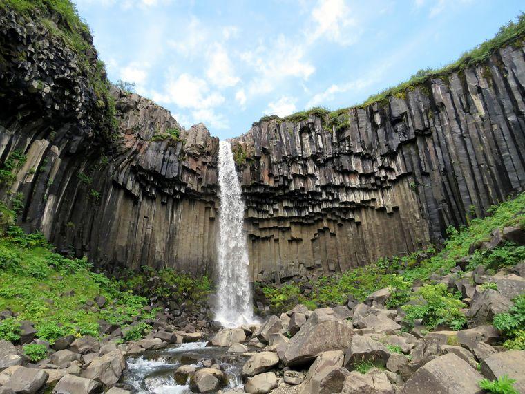 Der Svartifoss beeindruckt durch einzigartige Formationen der Basaltfelsen.