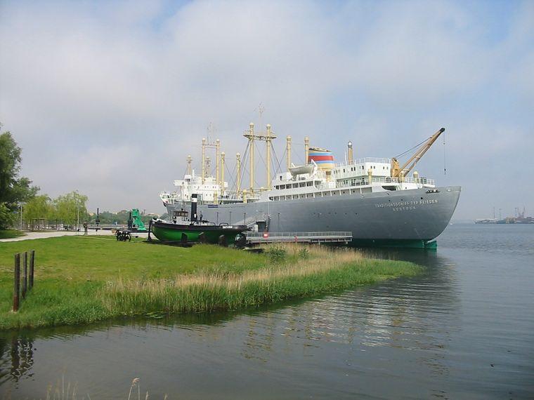 Das Schiffbau- und Schifffahrtsmuseum befindet sich unter Deck, im Bauch des Schiffes im IGA Park Rostock.
