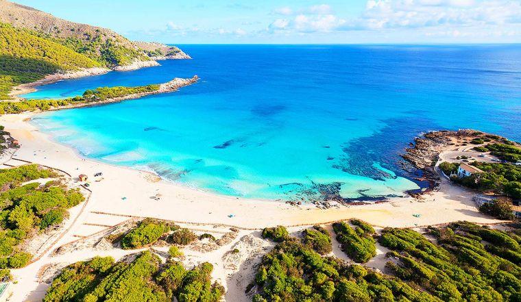 Nahe Cala Ratjada liegt die Cala Agulla, eine saubere und leicht zu findende Bucht.