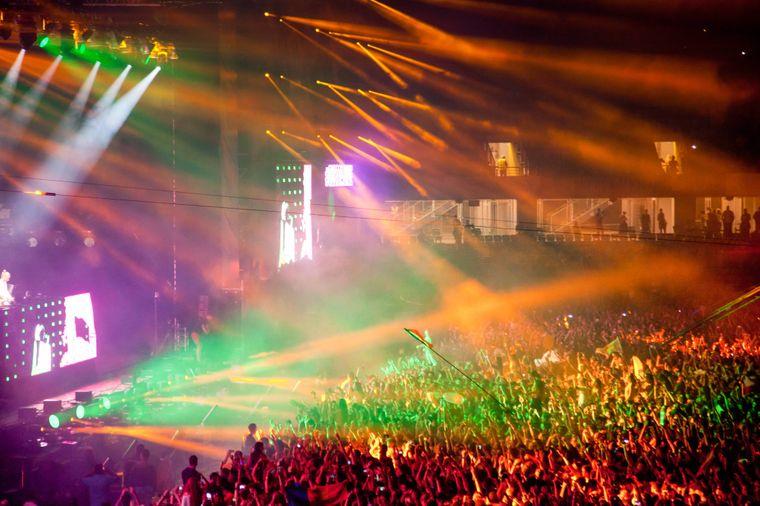 Bunte beleuchtete Bühne beim Untold Festival in Cluj-Napoca.