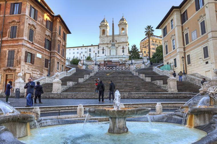 """Die Spanische Treppe heißt auf Italienisch """"Scalinata di Trinita dei Monti""""."""