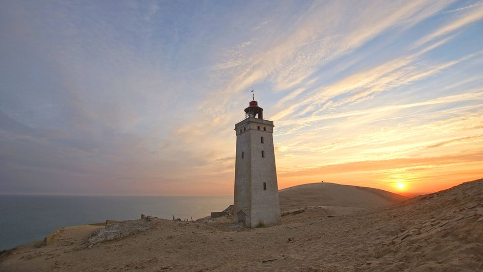 Leuchtturm an der Nordsee im Sonnenuntergang.