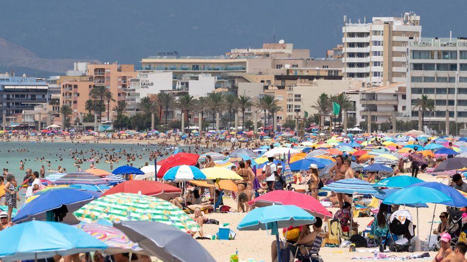 Der Strand an der Playa de Palma ist wieder voll von Touristen.