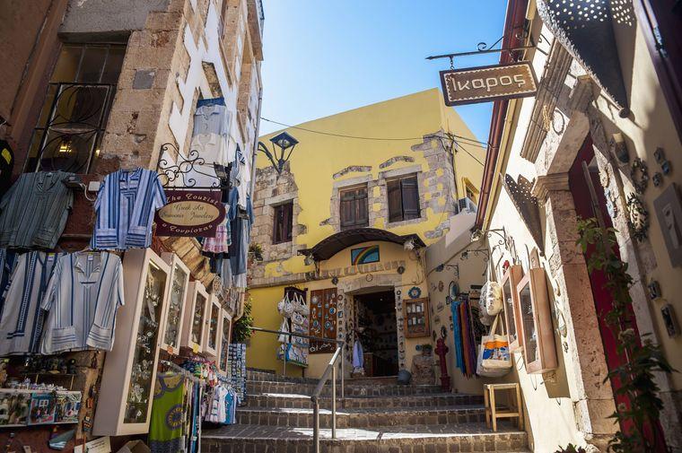 In den schmalen Gassen von Chania gibt es viele kleine Geschäfte.