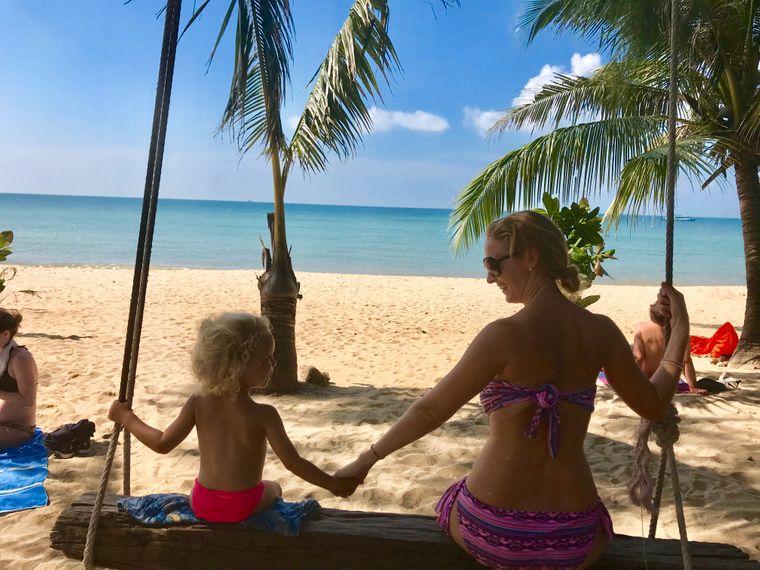 Leni und Sabrina schaukeln am Strand auf Ko Phangan.