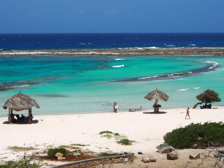 Die paradiesischen Strände locken viele Reisende auf die Karibikinsel Aruba.