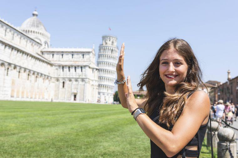 Der schiefe Turm von Pisa – so posieren Reisende mit dem Glockenturm.