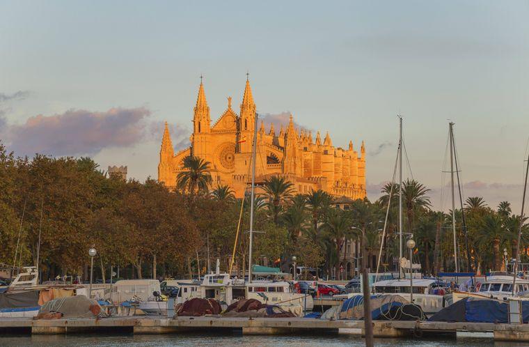 Die Kathedrale La Seu ist das Wahrzeichen von Mallorca. Palma ist von S'Arenal aus ganz schnell für einen Tag Sightseeing zu erreichen.