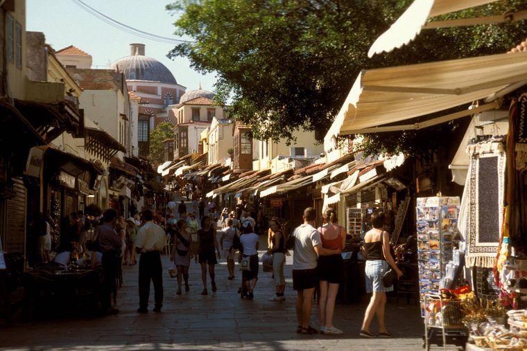 Eine Basarstraße in Rhodos-Stadt – Souvenirs gibt es dort zur Genüge.