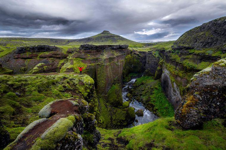 Im wunderschönen Grün von Island findest du den Vulkan Eyjafjallajökull.