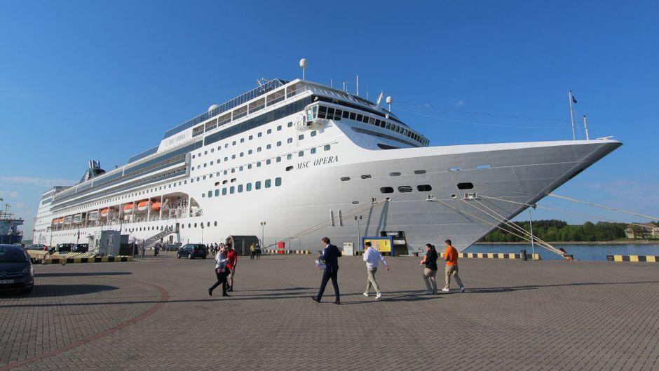 """Die """"MSC Opera"""" an einem Hafen."""