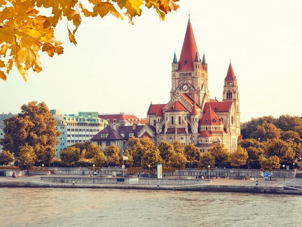 Das Schloss Schönnbrunn ist das Wahrzeichen von Wien.