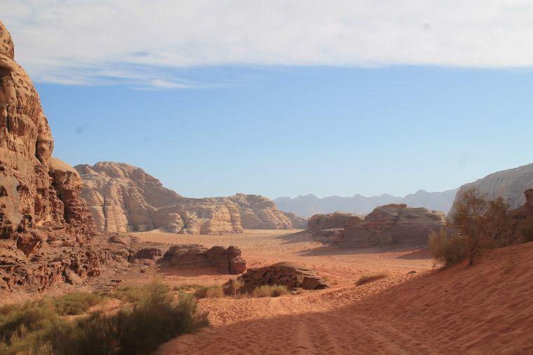 Das Wadi Rum kannst du am besten bei Touren mit dem Jeep oder auf Kamelen erkunden.