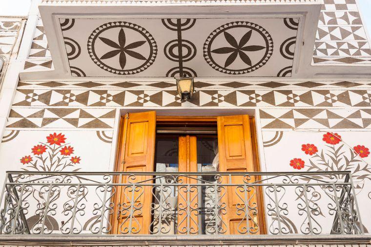Pyrgi in Griechenland ist bekannt für besonders schöne dekorative Gebäude und Balkone.