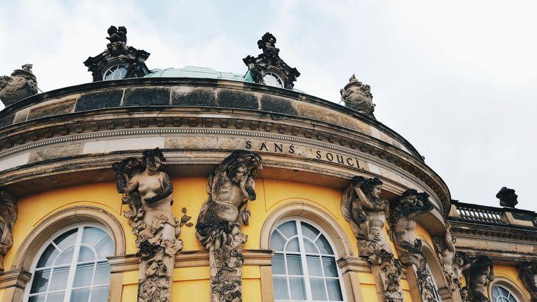 Auf Schloss Sansscoui kannst du wunderschöne Details entdecken. Imposant ist auf jeden Fall die gesamte Anlage!