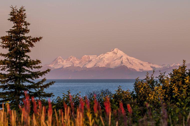 Der Vulkan Mount Redoubt überragt als höchster Berg in der Aleutenkette den Lake-Clark-Nationalpark.