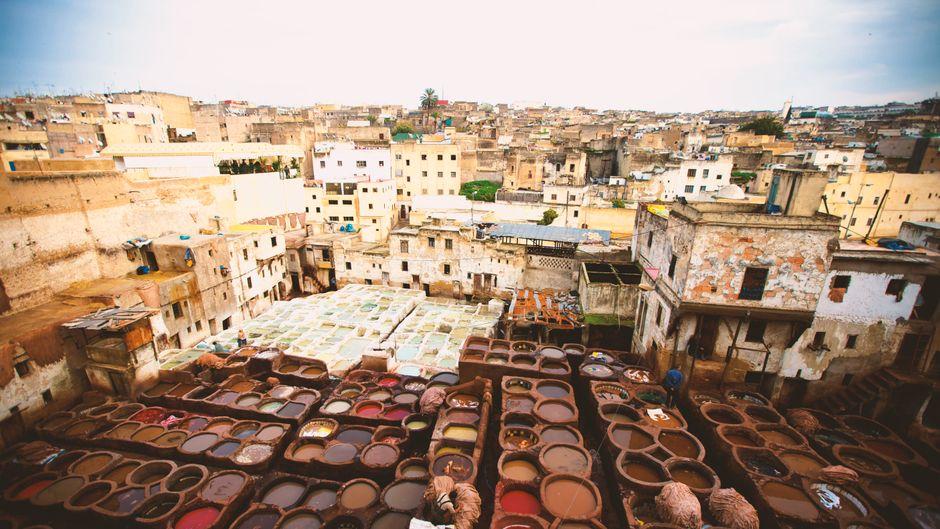 Gerberei in der Medina (Altstadt) von Fès (Marokko).