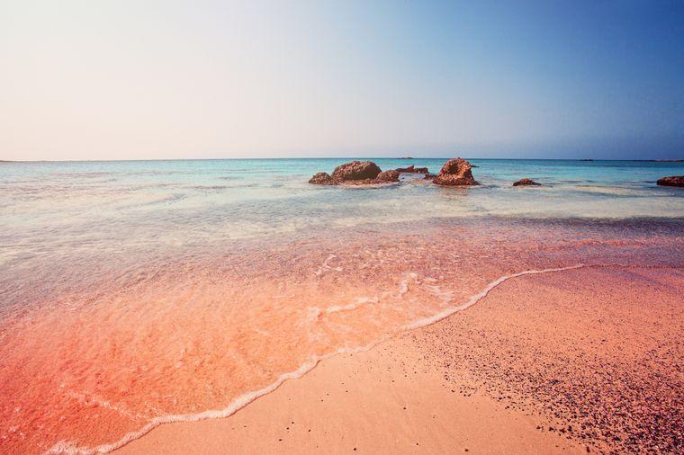 Der besondere Elafonissi Beach auf Kreta besticht durch die pinke Farbe des Sandes.