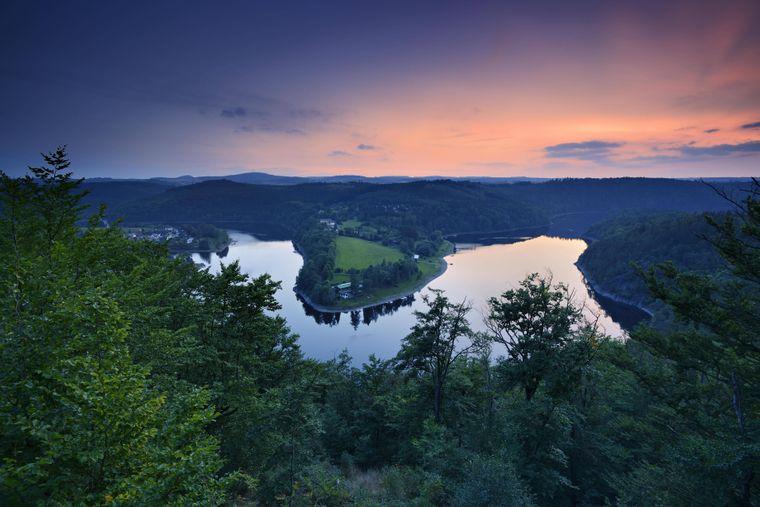 Sonnenuntergang an der Bleilochtalsperre im Naturpark Thüringer Schiefergebirge.